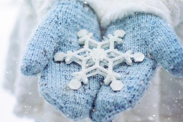 mittens, lt blue w snowflake